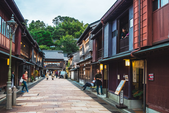 (1) 1-Day Shirakawago Holiday Shuttle Plan from Takayama to Kanazawa   (2) Kanazawa Morning